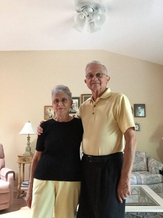 pareja de abuelos combinan colores de ropa