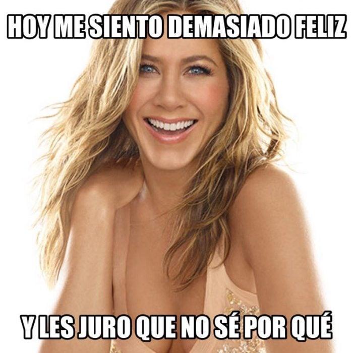 mujer rubia feliz sonriendo y meme