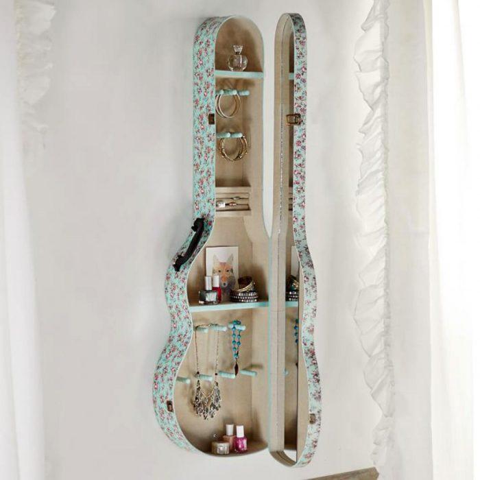 Estuche para guitarra como estante
