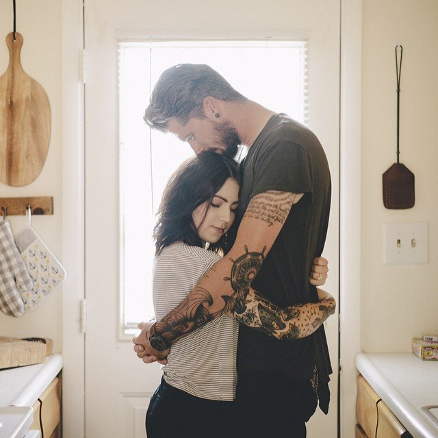 Pareja con tatuajes abrazados