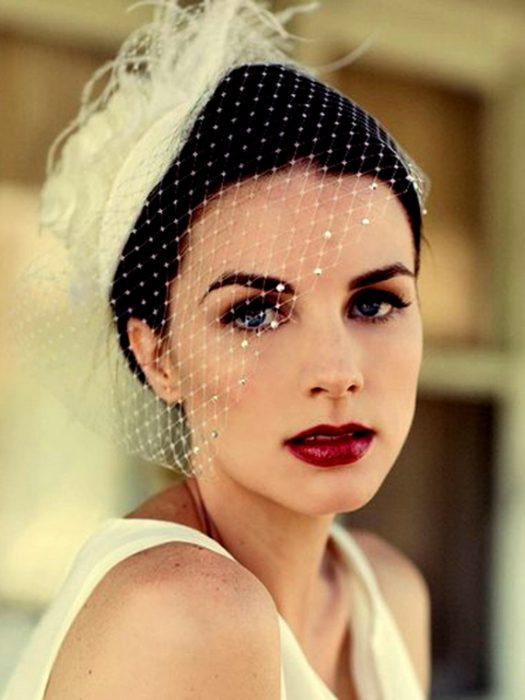 novia con labios rojos