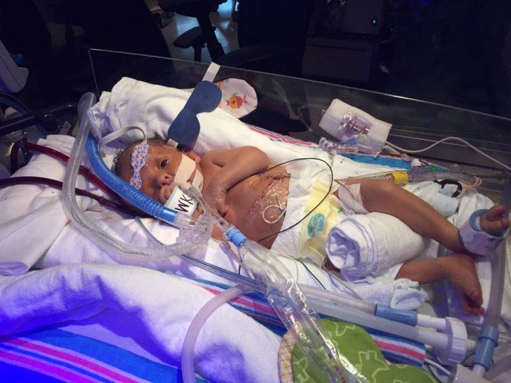 recién nacido en incubadora