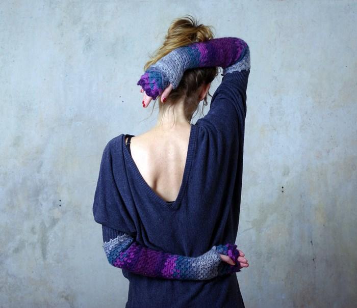 Chica con guantes de dragón