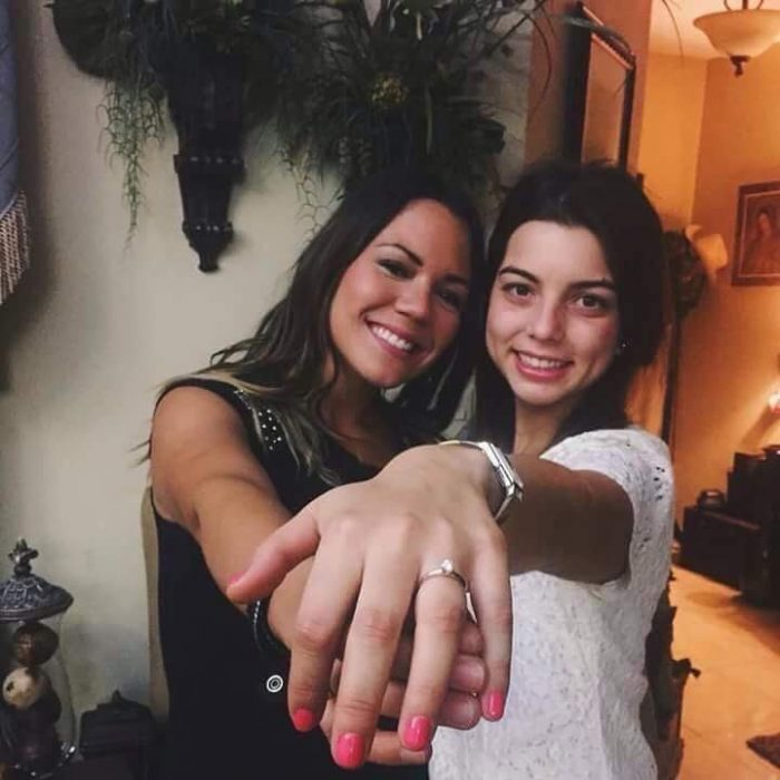 ladycoralina enseñando su anillo