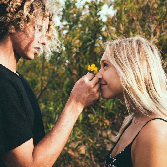 Pareja enamorada con una flor