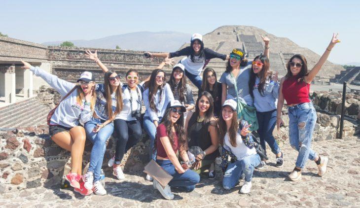 chicas de viaje en pirámides