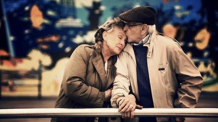 pareja adultos mayores abrazados en un parque
