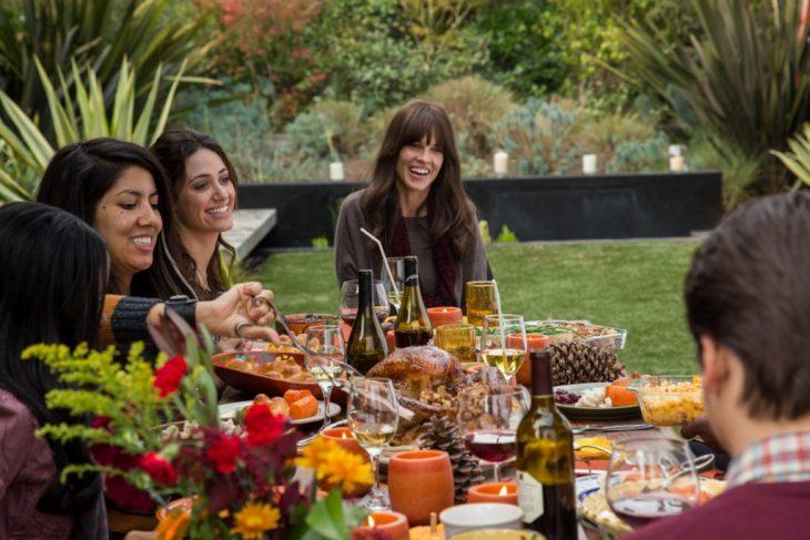 familia con comida en el jardin