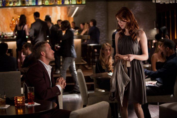 mujer peliroja mirando a hombre sentado