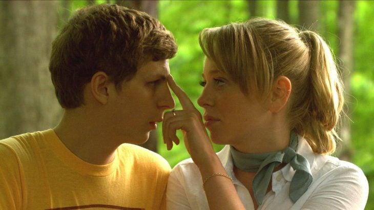 mujer rubia tocando nariz de chico