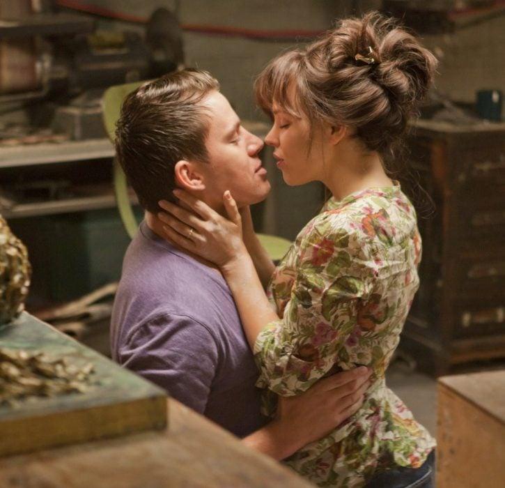 pareja abrazandose a punto de dar un beso