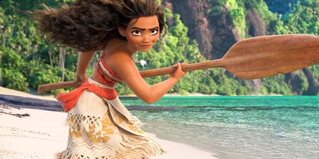 Moana la nueva princesa de Disney sosteniendo una pala