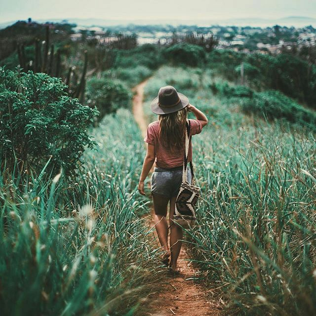 Chica caminando por una pradera