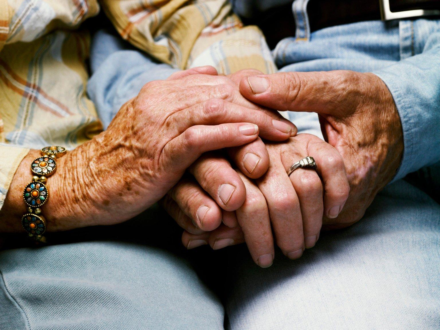 Pareja De Ancianos Toman Sus Manos Hasta El último Momento