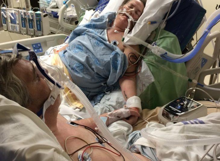 pareja adultos graves tomados de la mano en hospital