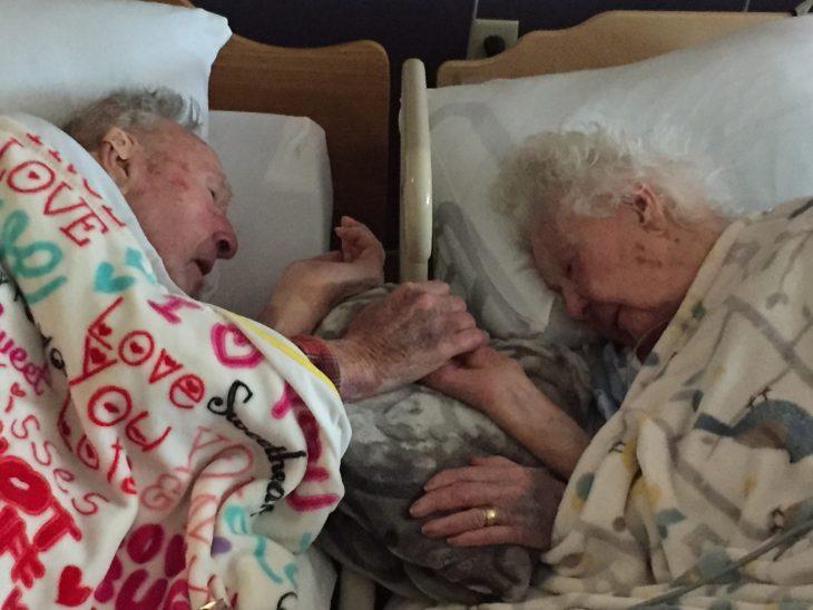 ancianos de toman de la mano