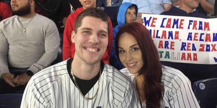 pareja en partido de beisbol