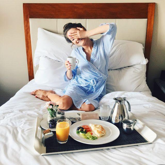 chica en la cama con desayuno