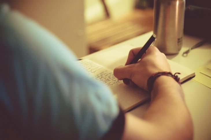 chica escribiendo un diario