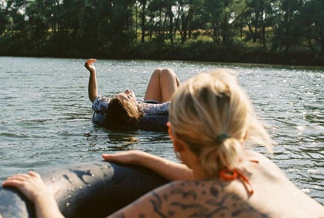 chicas en un lago