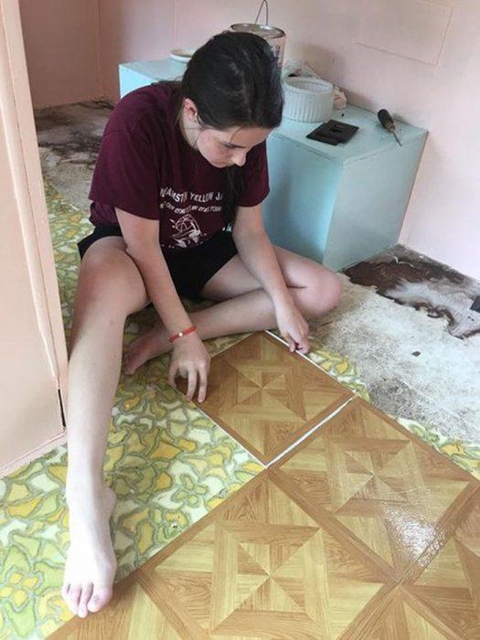 chica arreglando el piso