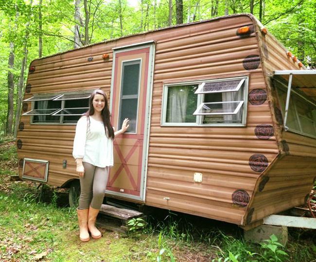 chica con caravana de los años 70