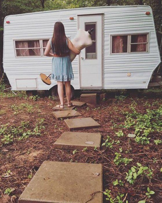 chica frente a caravana pintada
