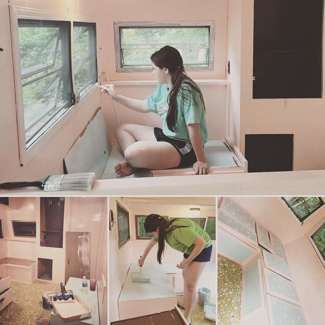 chica pintando interior caravana