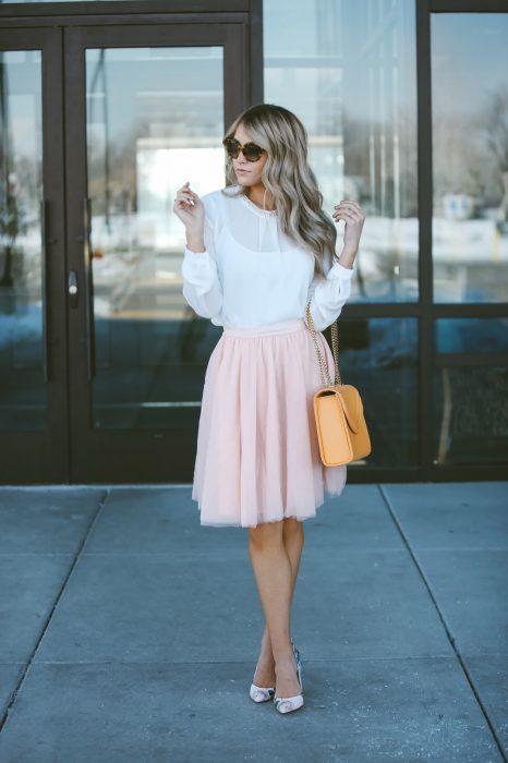 mujer con falda de tull rosa y tacones