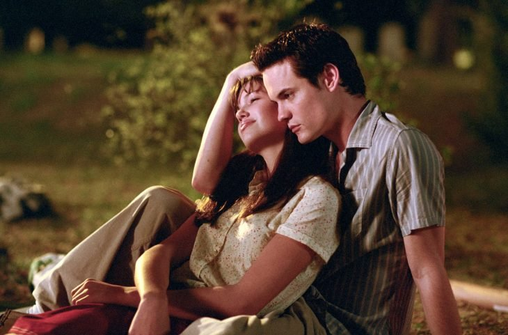 Un amor para recordar, protagonistas abrazados