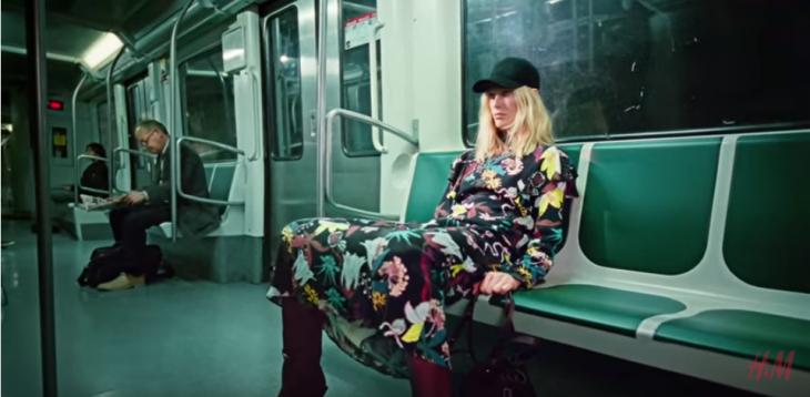 mujer sentada en el metro con piernas abiertas