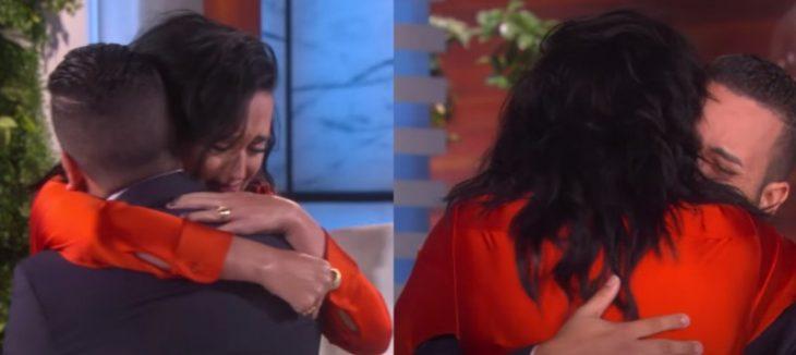 mujer de cabello negro vestida de rojo abrazando a hombre