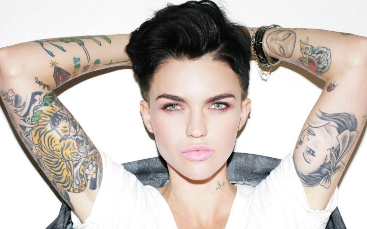 mujer blanca con ojos azules y tatuajes