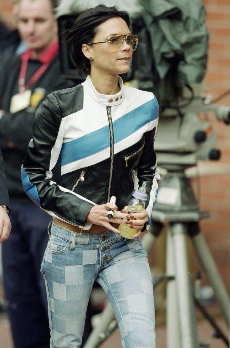 mujer con jeans de estampado de cuadros