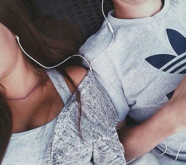 pareja acostados escuchando música con audífonos