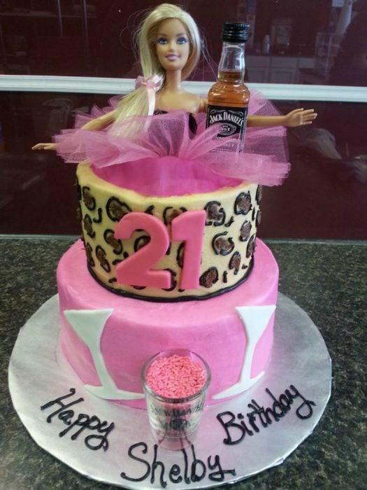 pastel con numero 21 y muñeca barbie