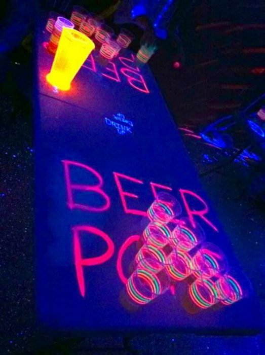 mesa de beer pong con colores fosforescentes