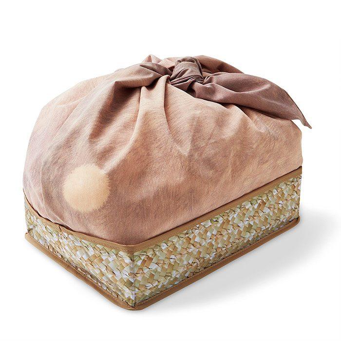 Parte trasera de una bolsa de conejito dentro de una canasta