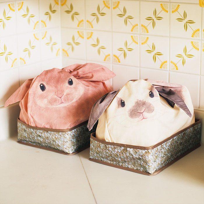 bolas de conejito en una canasta colocadas en la barra de la cocina