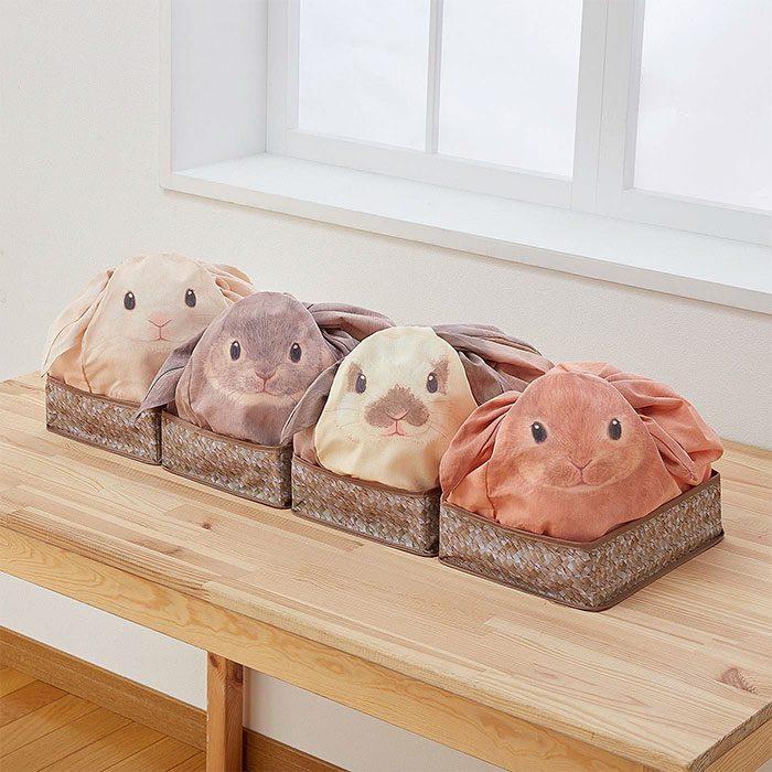 bolsas de conejito en canastas colocadas sobre una mesa