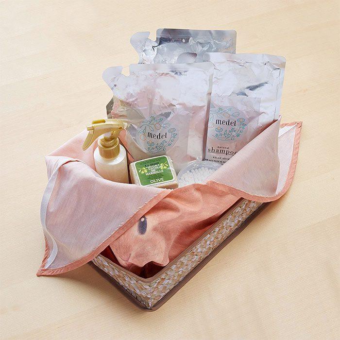 Canasta en forma de bolsa de conejo organizando productos