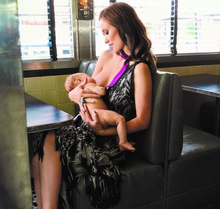 mujer blanca amamantando a bebe en