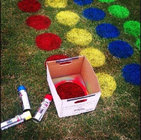 twister en el pasto con aerosoles de colores y caja de mode circular