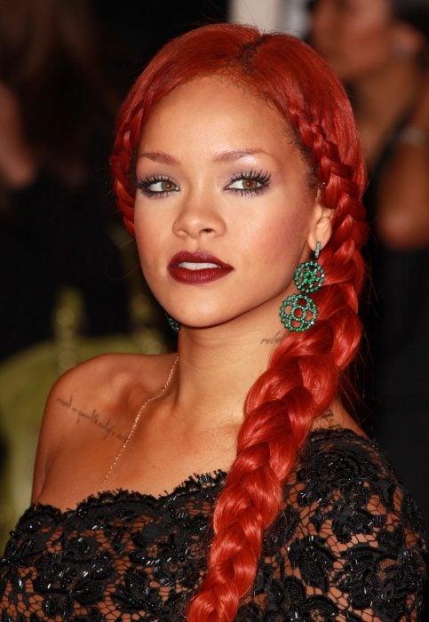 Rihanna luciendo una trenza lateral que resalta su escote.