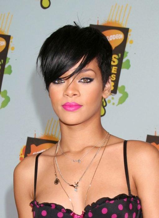 Rihanna con un corte pixie.