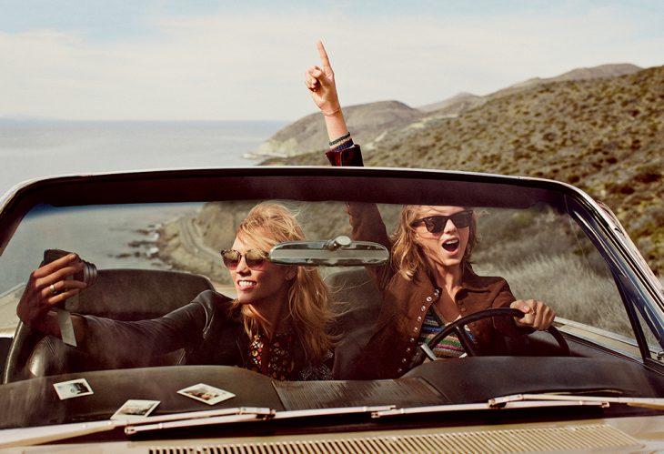 Chicas tomándose una selfie mientras pasean en automóvil.