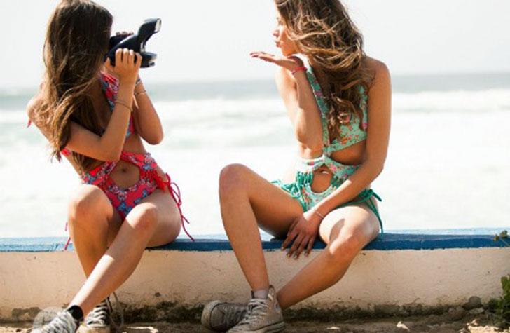 Amigas en la playa tomándose una foto.