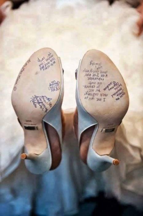novia mostrando sus dos zapatos.