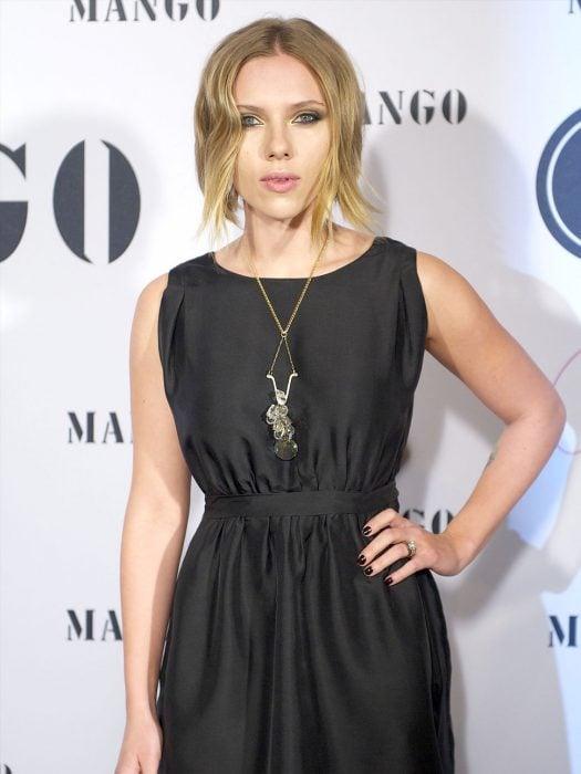 Scarlett Johanson con vestido de cuello redondo y cabello recogido.
