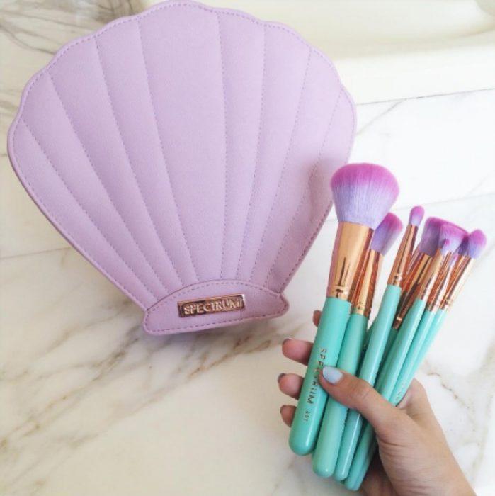 cosmetiquera color lila con brochas